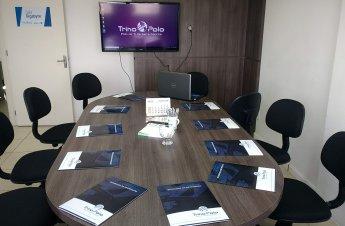 Mesa pronta para o início dos trabalhos